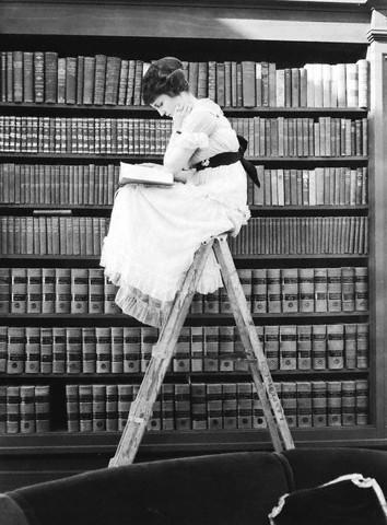 http://www.bibliotecapgnegro.unipr.it/help-desk/Daniela/immagini_Frauen/%5B%20woman%20reading%20on%20top%20of%20ladder%20%5D%201920.jpg